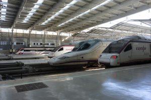 Trenes de Renfe estacionados.